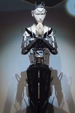 Robot humanoide Mindar es sacerdote budista en un templo de Japón en la ciudad de Kodaiji