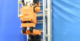 Robot E2-DR de Honda para rescate y explorador subiendo escalera y haciendo pruebas para el Darpa