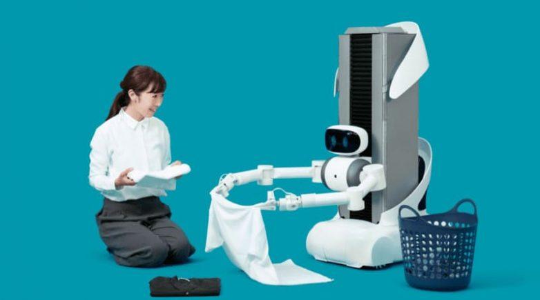 Robot mayordomo Ugo creado en Japón dobla la ropa limpia en el hogar