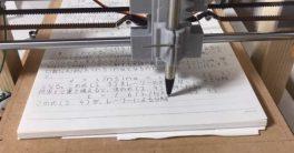 Un estudiante crea una máquina robot escritor que imita la escritura japonesa